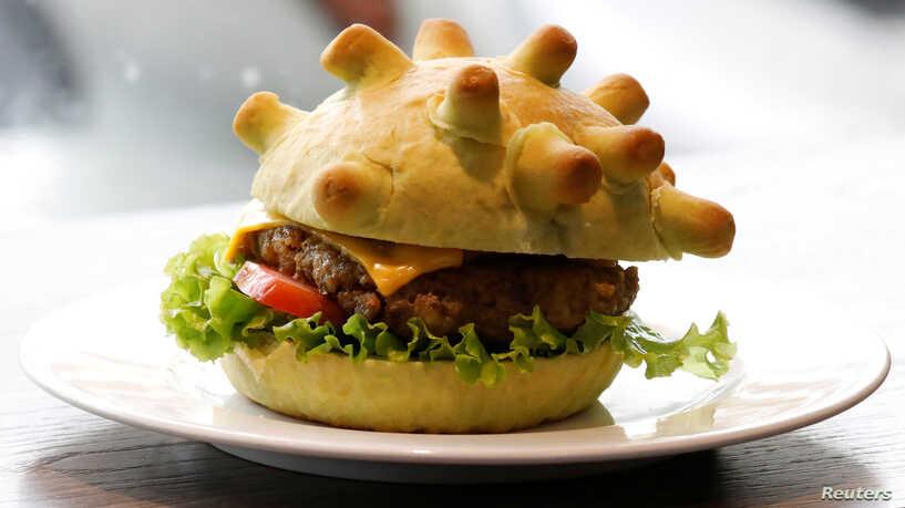 Hãng thông tấn nước ngoài viết về bánh kẹp thịt hình COVID-19 ở Hà Nội - Ảnh 1.