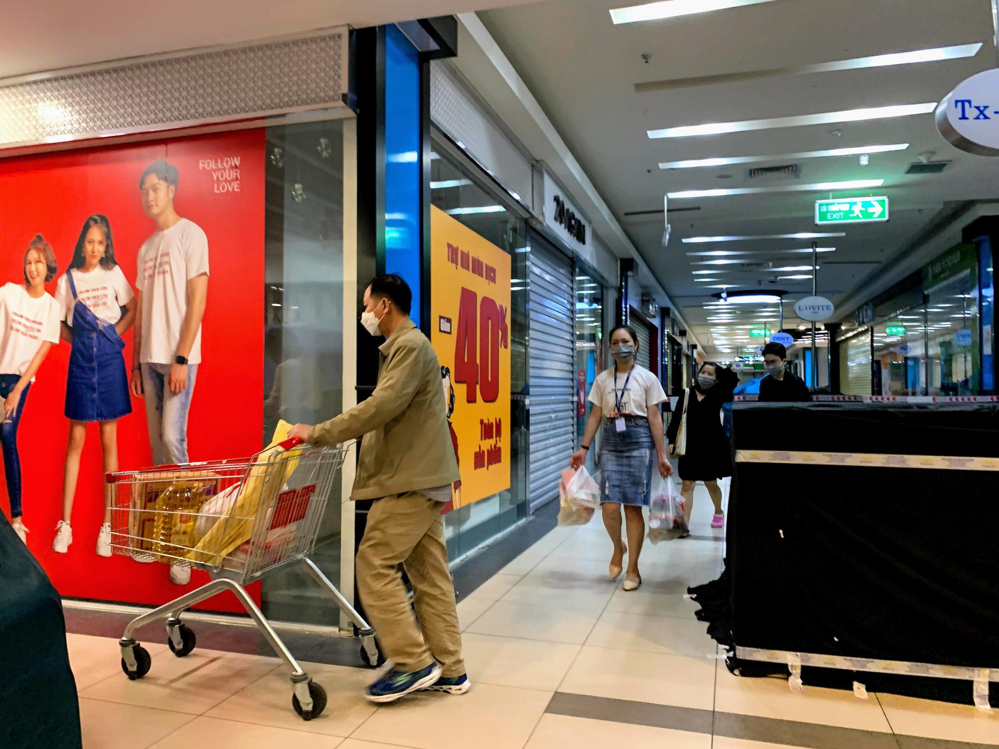 Cận cảnh ngày đầu chống dịch ở Hà Nội: Các cơ sở dịch vụ đóng cửa, siêu thị tiếp tục hoạt động, hàng hoá đầy ăm ắp vắng người mua - Ảnh 8.