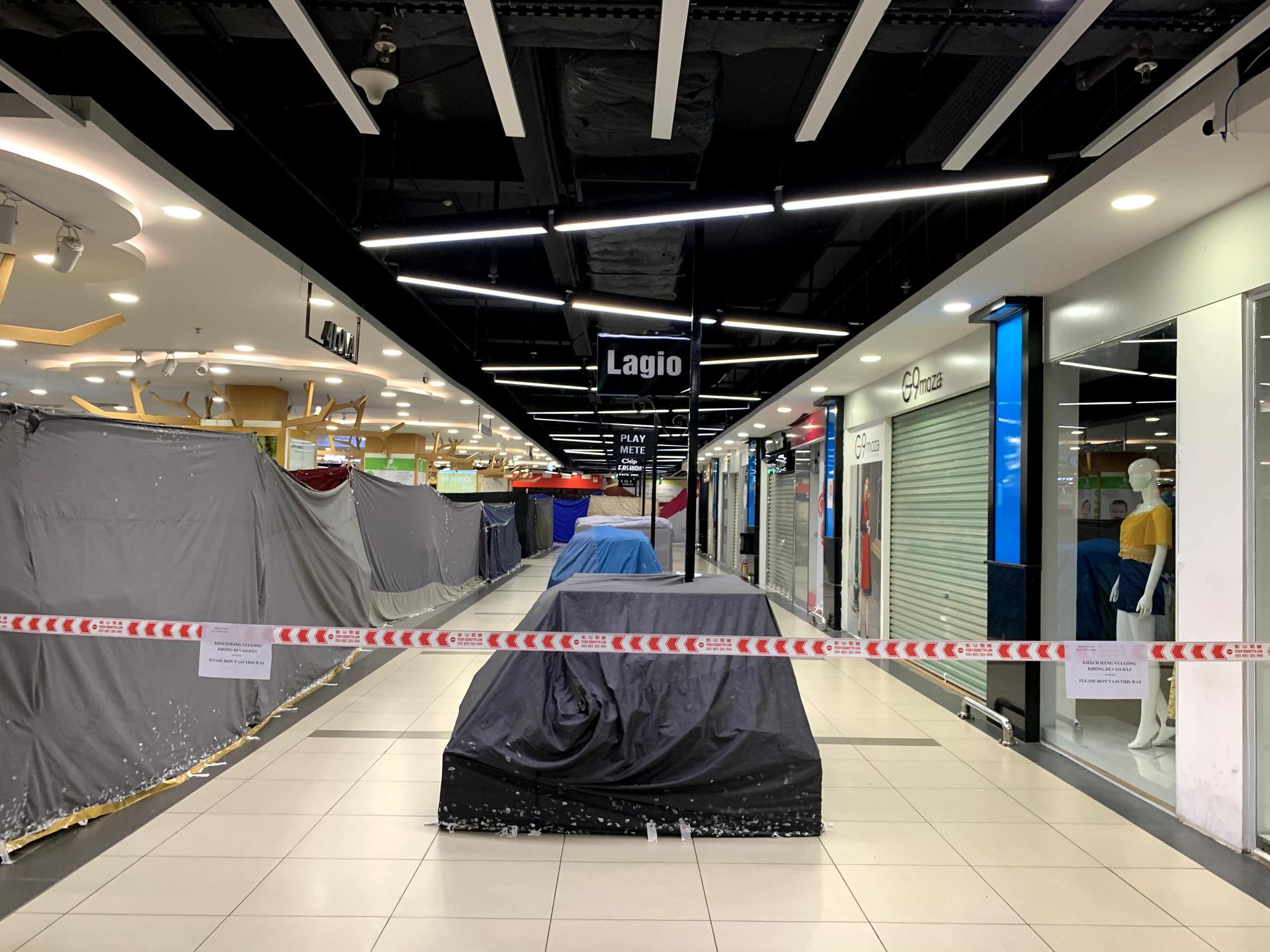 Cận cảnh ngày đầu chống dịch ở Hà Nội: Các cơ sở dịch vụ đóng cửa, siêu thị tiếp tục hoạt động, hàng hoá đầy ăm ắp vắng người mua - Ảnh 7.
