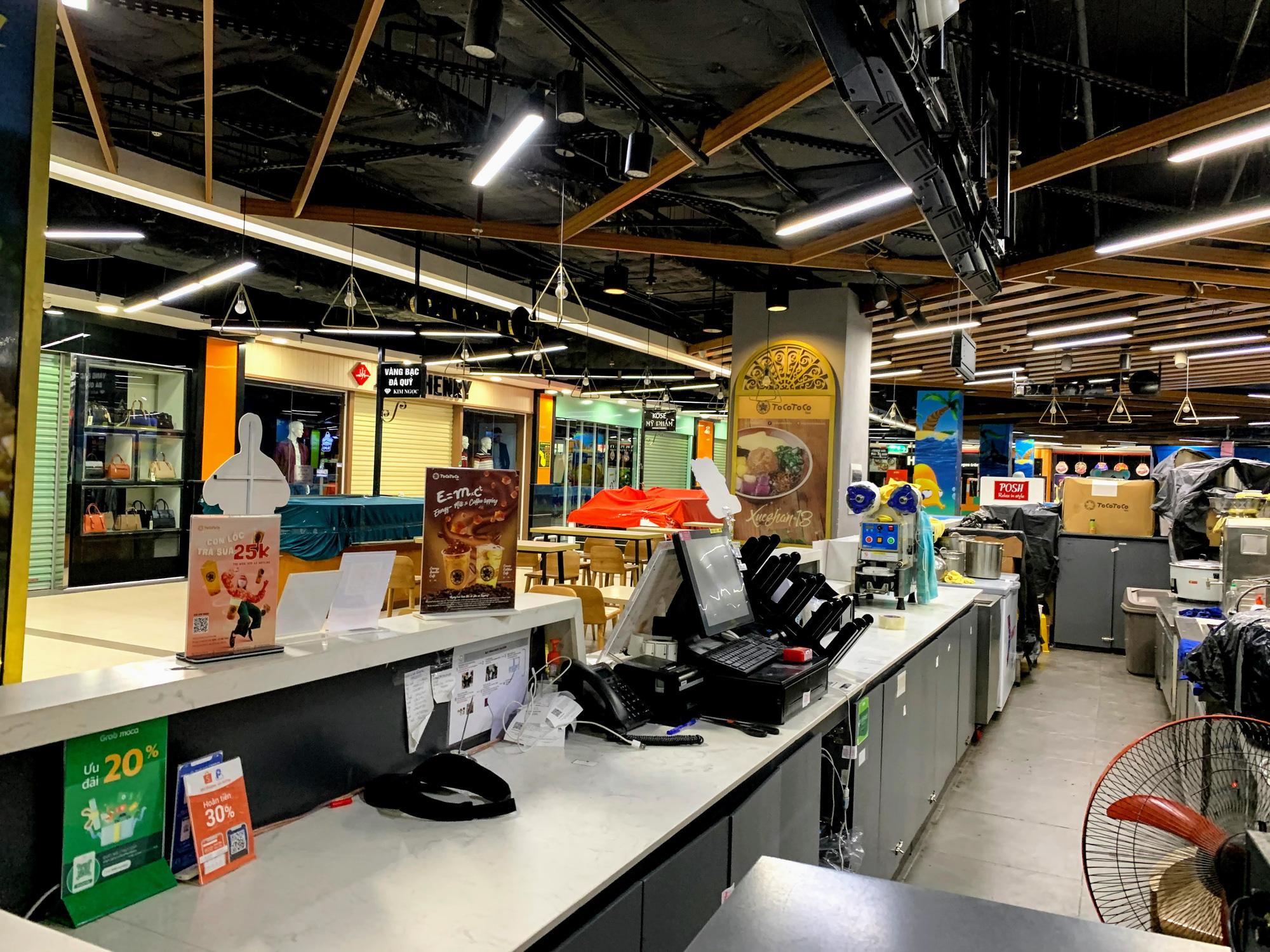 Cận cảnh ngày đầu chống dịch ở Hà Nội: Các cơ sở dịch vụ đóng cửa, siêu thị tiếp tục hoạt động, hàng hoá đầy ăm ắp vắng người mua - Ảnh 6.