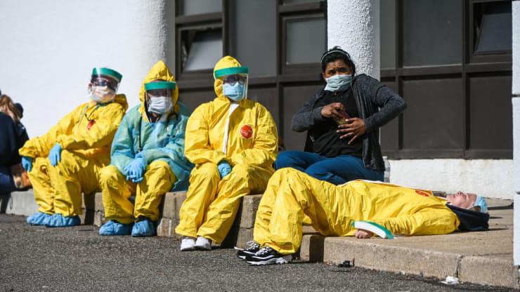 Số người chết vì COVID-19 ở Mỹ có thể lên tới 200.000 do thiếu vật tư y tế - Ảnh 1.