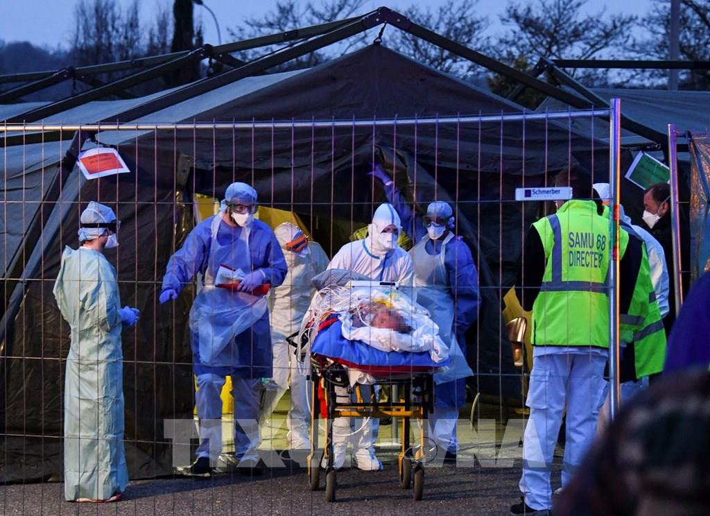 Pháp tiếp tục sơ tán các bệnh nhân ra khỏi vùng dịch - Ảnh 2.