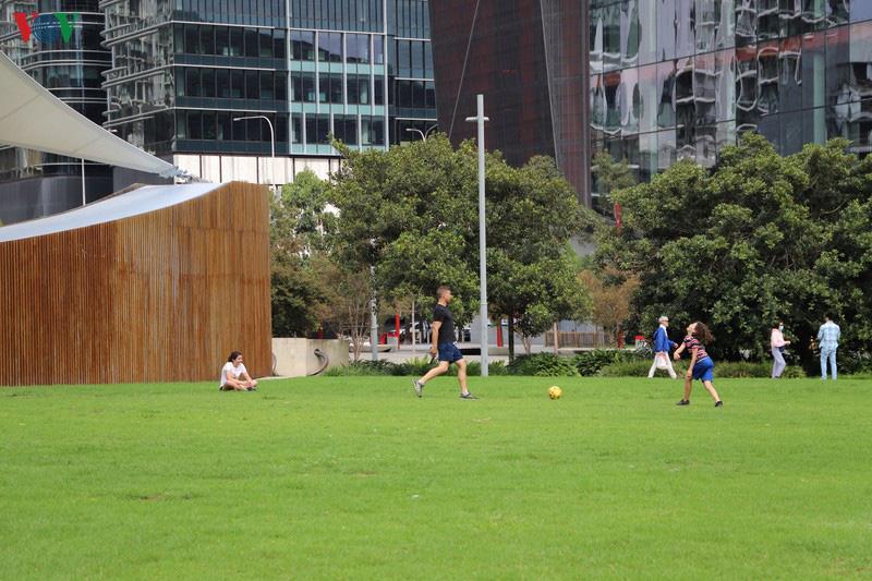 Australia khuyến cáo người dân không nên ra khỏi nhà - Ảnh 1.