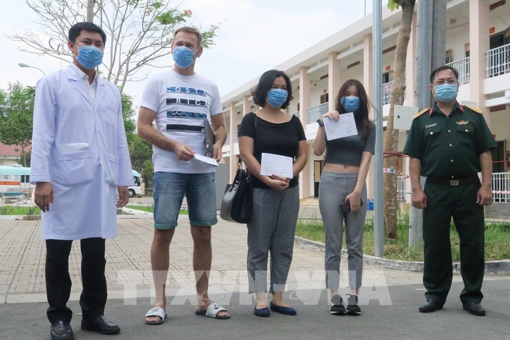 TP HCM: Thêm 3 bệnh nhân mắc COVID-19 tại Bệnh viện dã chiến Củ Chi xuất viện - Ảnh 1.