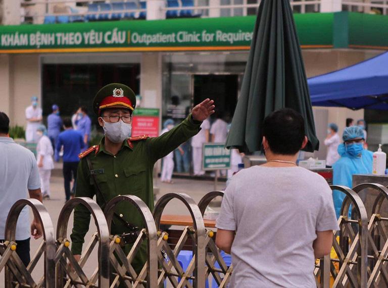 Thủ tướng chỉ đạo Hà Nội, TP HCM phải thần tốc, dồn mọi nguồn lực xử lí triệt để hai ổ dịch tại Bệnh viện Bạch Mai và quán bar Buddha - Ảnh 1.