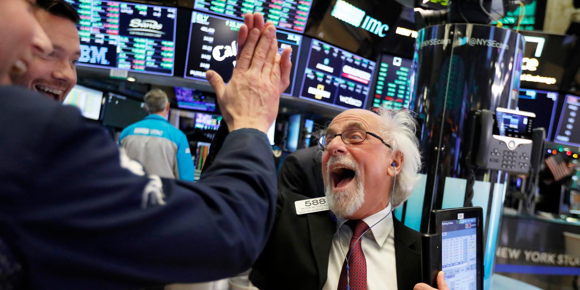 Dow Jones bật tăng hơn 1.000 điểm sau tin về gói kích thích kinh tế 1.000 tỉ USD - Ảnh 1.