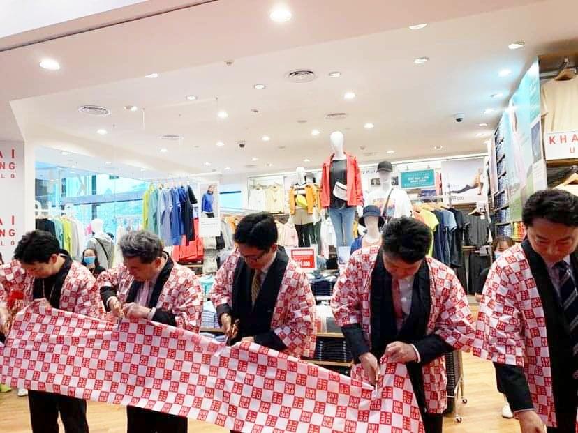 Uniqlo chính thức có mặt ở Hà Nội, khách kéo đến xếp hàng đông hơn sau giờ khai trương - Ảnh 4.
