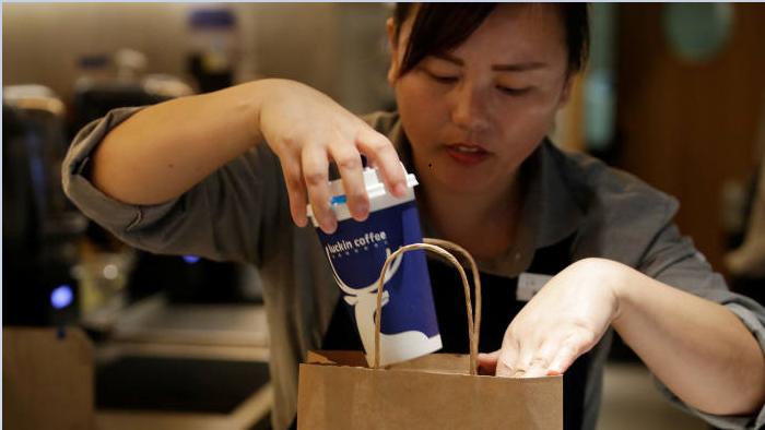Từng tuyên bố vượt Starbucks, hãng cà phê Trung Quốc vướng ngay cáo buộc gian lận - Ảnh 1.