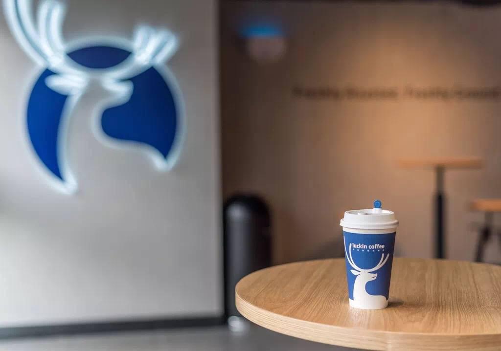 Từng tuyên bố vượt Starbucks, hãng cà phê Trung Quốc vướng ngay cáo buộc gian lận - Ảnh 2.
