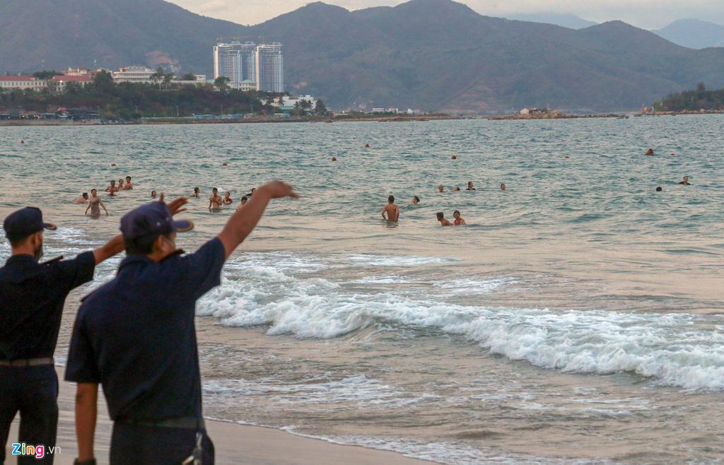 Nha Trang ra quân cưỡng chế người tắm biển - Ảnh 8.