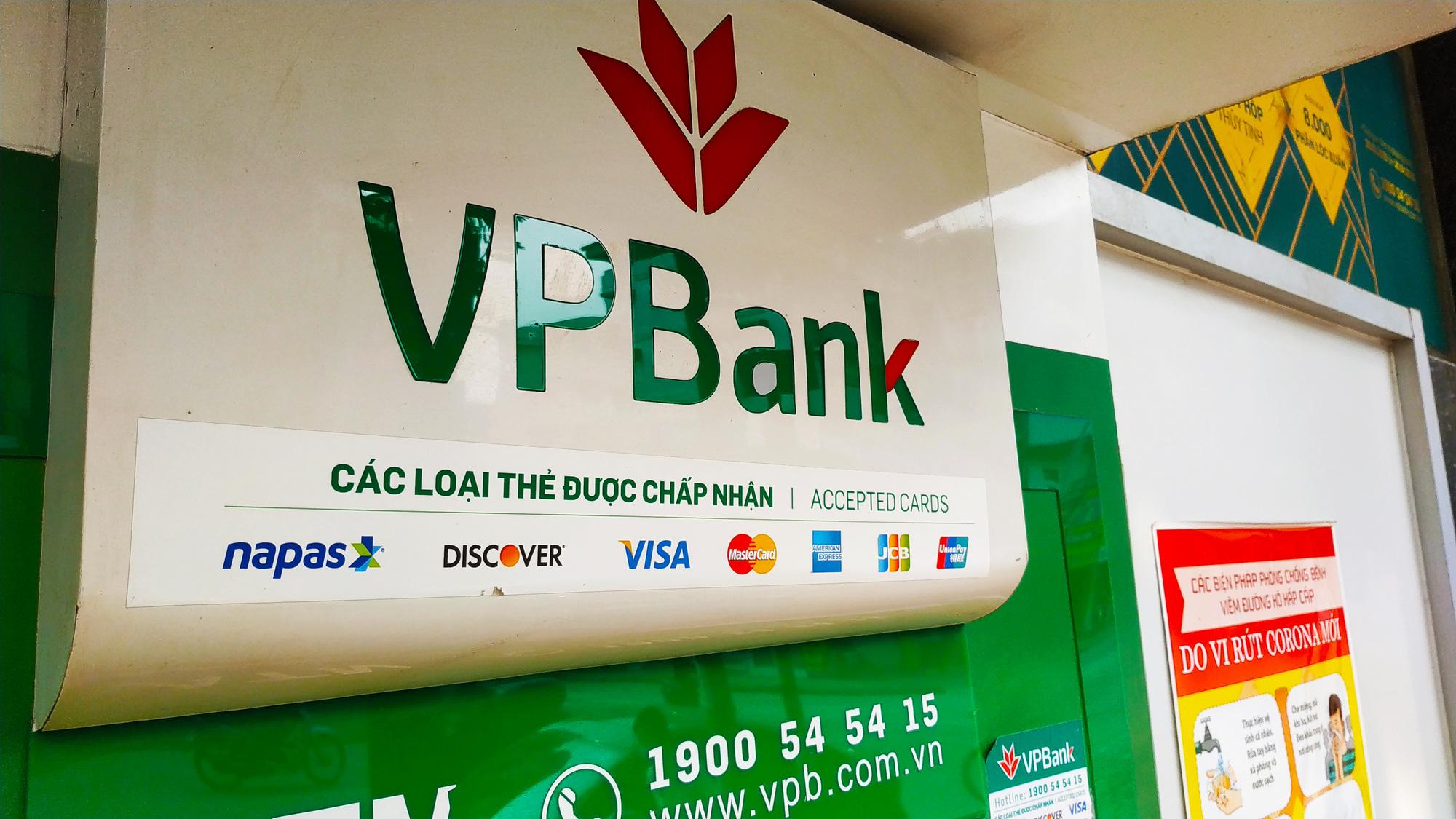 Nhóm ngân hàng tràn ngập sắc xanh, VN-Index vẫn giảm điểm vì những cổ phiếu nào? - Ảnh 1.