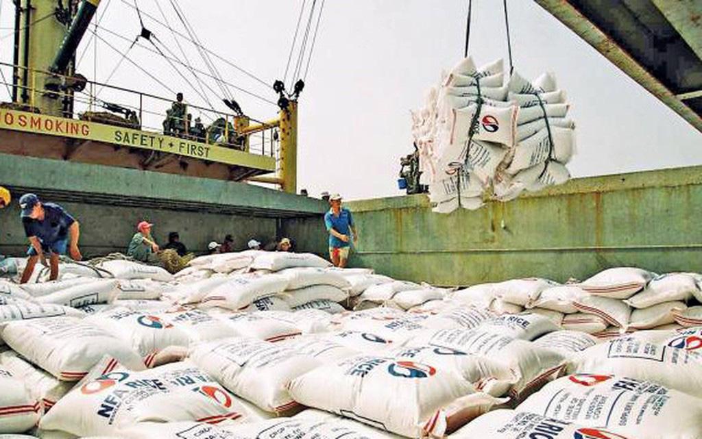Bản tin thị trường gạo tuần 15/2020: Thủ tướng đồng ý  xuất khẩu 400.000 tấn trong tháng 4, nhiều doanh nghiệp trúng thầu cung cấp gạo dự trữ từ chối kí hợp đồng - Ảnh 1.