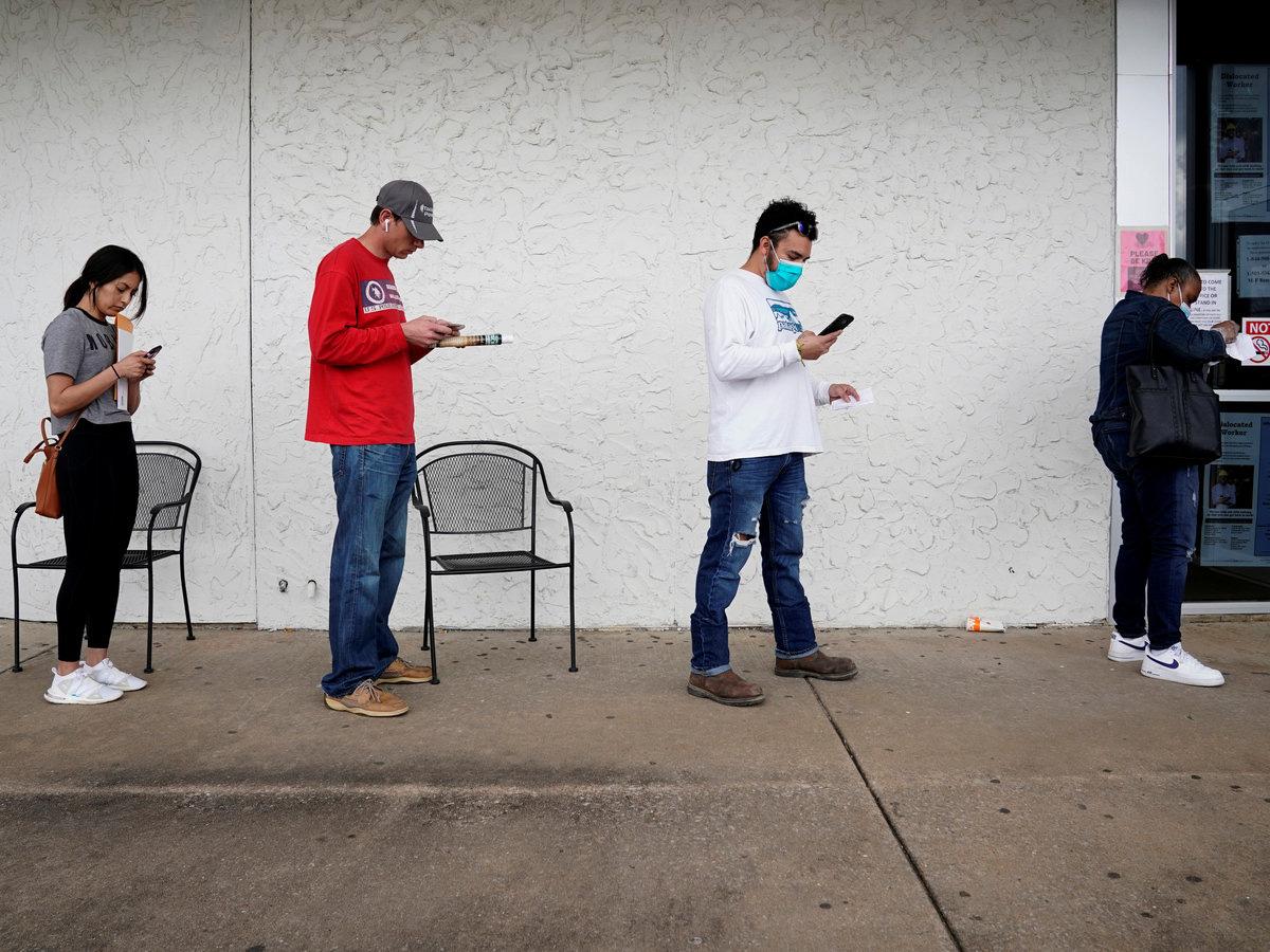 Mỹ có thêm 5,25 triệu người xin trợ cấp thất nghiệp, thành quả việc làm tích cóp 10 năm bị thiêu rụi trong 4 tuần - Ảnh 1.
