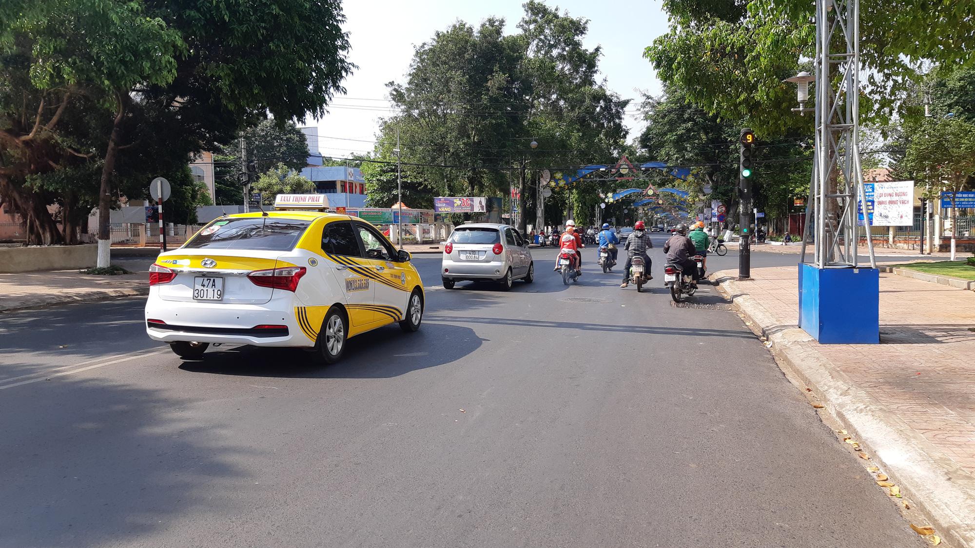Cả nước nghỉ để chống dịch, Đắk Lắk vẫn cho taxi, xe buýt chạy - Ảnh 1.