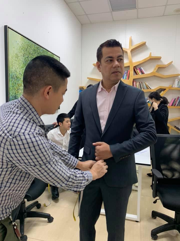Học may từ lúc 7 tuổi, chớp thời cơ khi đất nước chuyển sang cơ chế thị trường, chàng trai Nam Định tạo nên thương hiệu áo vest nổi tiếng - Ảnh 3.