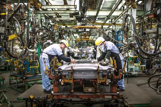Nhiều nhà máy sản xuất ô tô tại Việt Nam liên tục thông báo đóng cửa, tác động kép từ cú đấm COVID-19 - Ảnh 1.