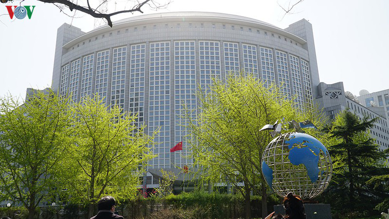 Trung Quốc treo cờ rủ, dành 3 phút mặc niệm các nạn nhân COVID-19 - Ảnh 1.