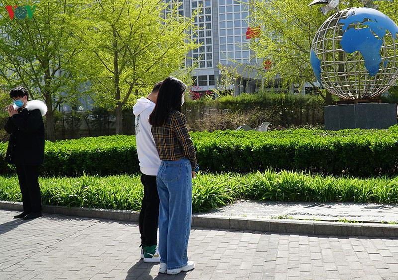 Trung Quốc treo cờ rủ, dành 3 phút mặc niệm các nạn nhân COVID-19 - Ảnh 2.