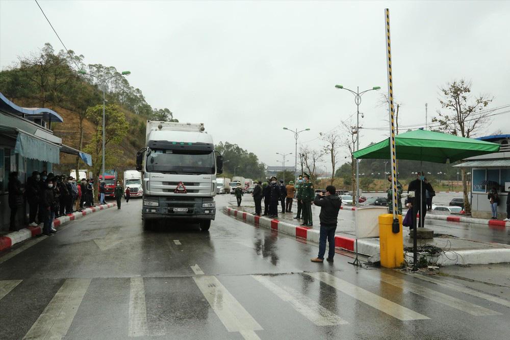 Trung Quốc không tiếp nhận lái xe đến từ vùng dịch: Nông sản Việt ùn ứ - Ảnh 1.