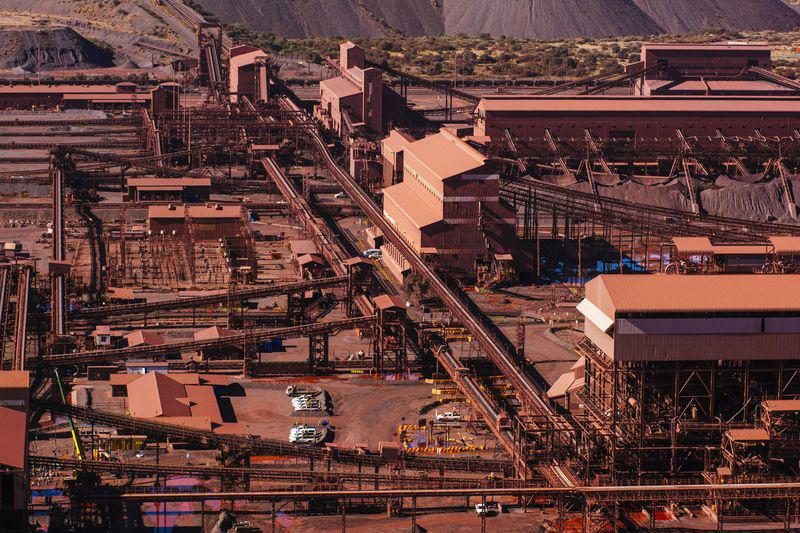 Nhà máy ở Trung Quốc muốn hoạt động trở lại nhưng nào có dễ  - Ảnh 2.