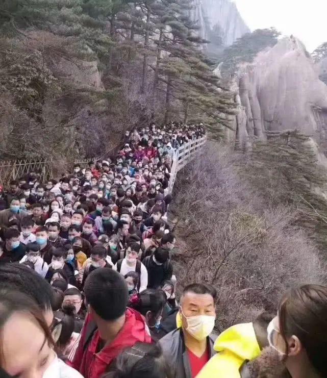 Bất chấp 'làn sóng virus thứ hai', dân Trung Quốc thản nhiên vui chơi - Ảnh 2.