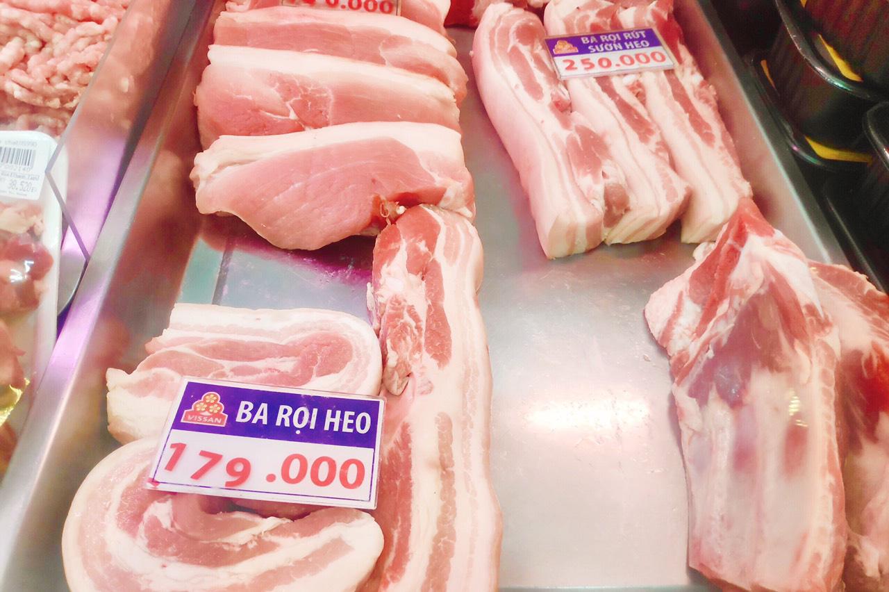 Vì sao doanh nghiệp hạ giá nhưng thịt heo đến tay người tiêu dùng giá vẫn cao ngất ngưỡng? - Ảnh 1.