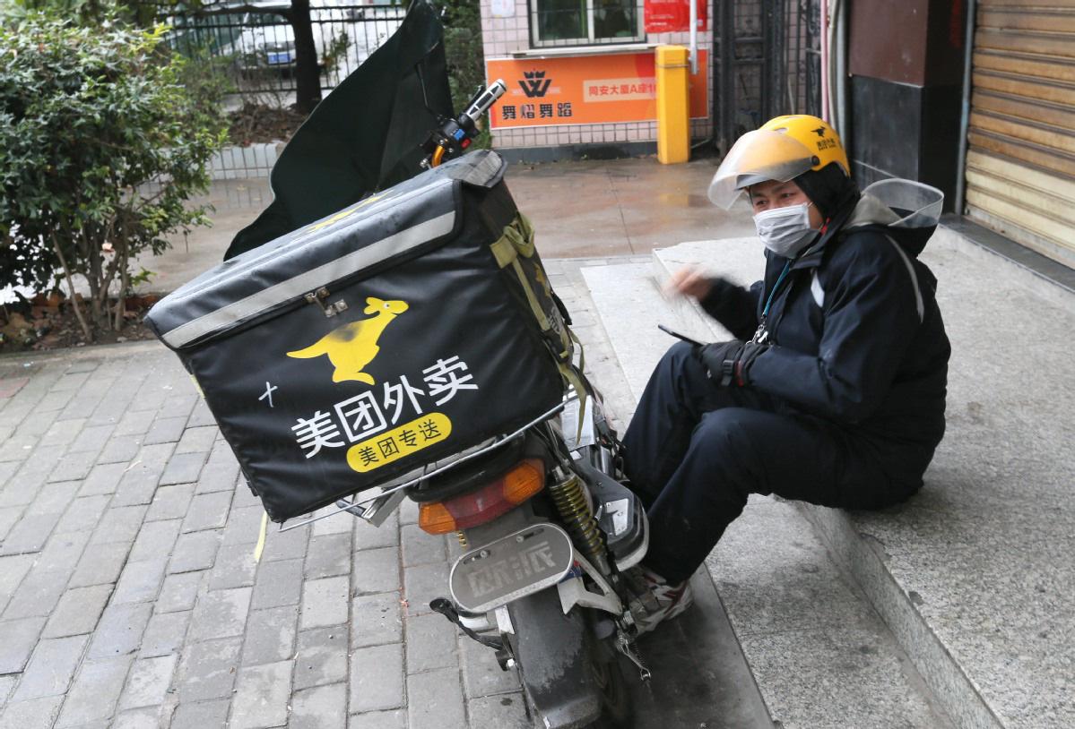 Xuất hiện khắp nơi, đội quân giao hàng duy trì nhịp sống bình thường ở những vùng bị phong tỏa vì COVID-19 ở Trung Quốc - Ảnh 1.