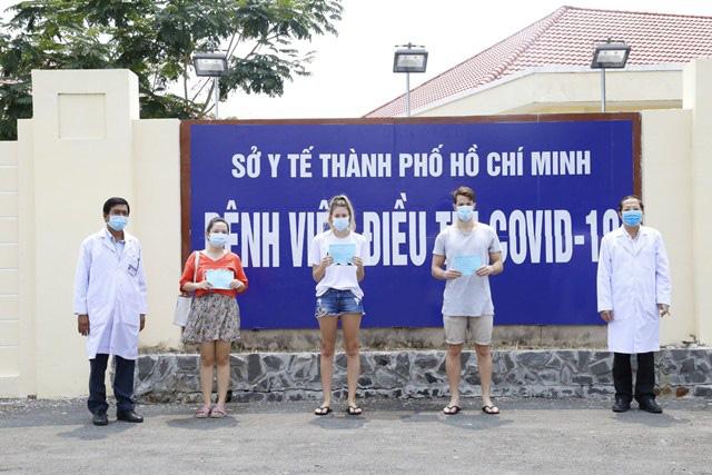 4 bệnh nhân COVID-19 khỏi bệnh, ra viện trong hôm nay, nâng tỉ lệ chữa khỏi tại Việt Nam lên 50%. - Ảnh 1.