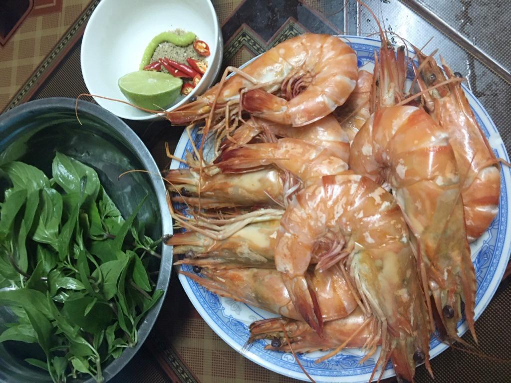 Tôm sú tự nhiên 'khổng lồ' rầm rộ về Sài Gòn, giá rẻ chưa từng thấy - Ảnh 3.