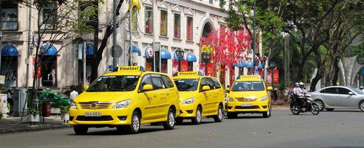 hai hang taxi comfortdelgro savico va vinataxi ve chung mot nha
