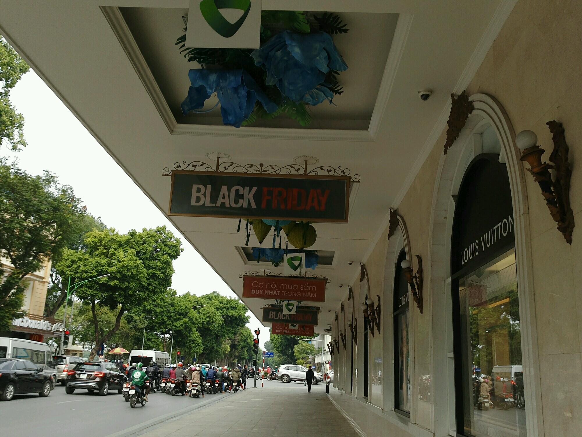 canh trai nguoc tai trang tien plaza va vincom trong ngay black friday